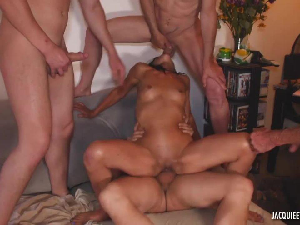 48ans, un gang-bang avec quatre mecs ! (JacquieEtMichelTV / Indecentes-Voisines) Screenshot 7