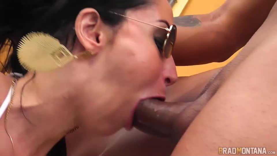 Elisa Liberou o Cuzinho Rosa Pro Amigo do Marido (BradMontana) Screenshot 1