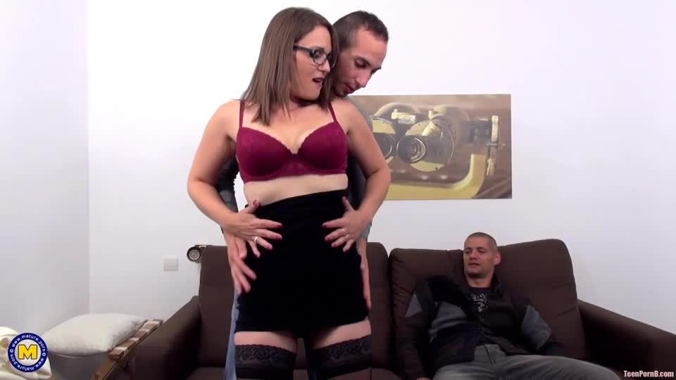 An anal penetrating threesome with mom (Mature) Screenshot 1