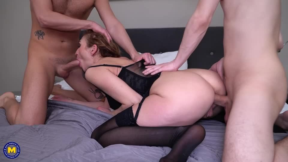 Horny mature loves a threesome with some double penetration (Mature) Screenshot 7