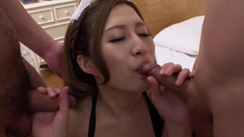 Insert two holes at the same time in a maid that creates its own sex appeal! (1pondo) Screenshot 1