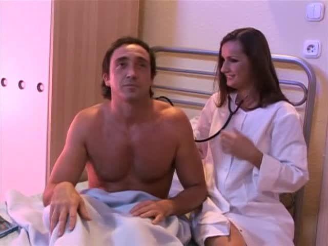 White-Hot Nurses 9 / L'infirmière a de beaux seins (Hustler Video) Screenshot 0