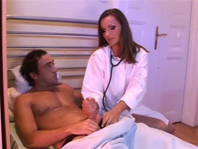 White-Hot Nurses 9 / L'infirmière a de beaux seins (Hustler Video) Screenshot 1