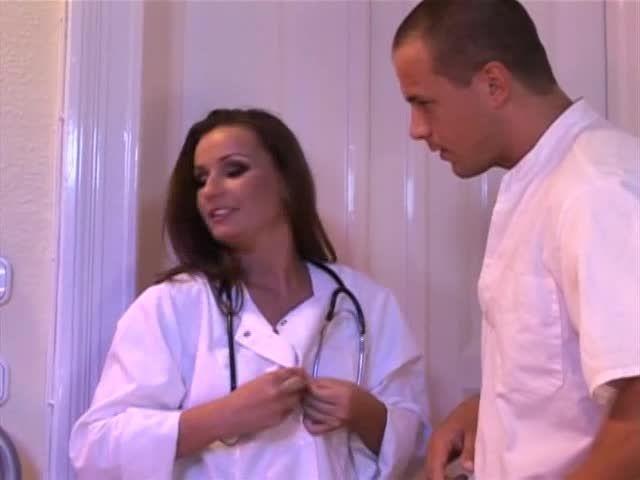 White-Hot Nurses 9 / L'infirmière a de beaux seins (Hustler Video) Screenshot 2