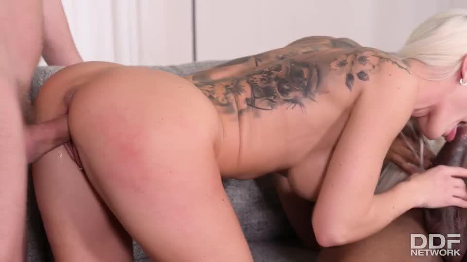 Hot Blonde Wild DP Fuck With B&W Cocks (HandsOnHardcore / PornWorld) Screenshot 2