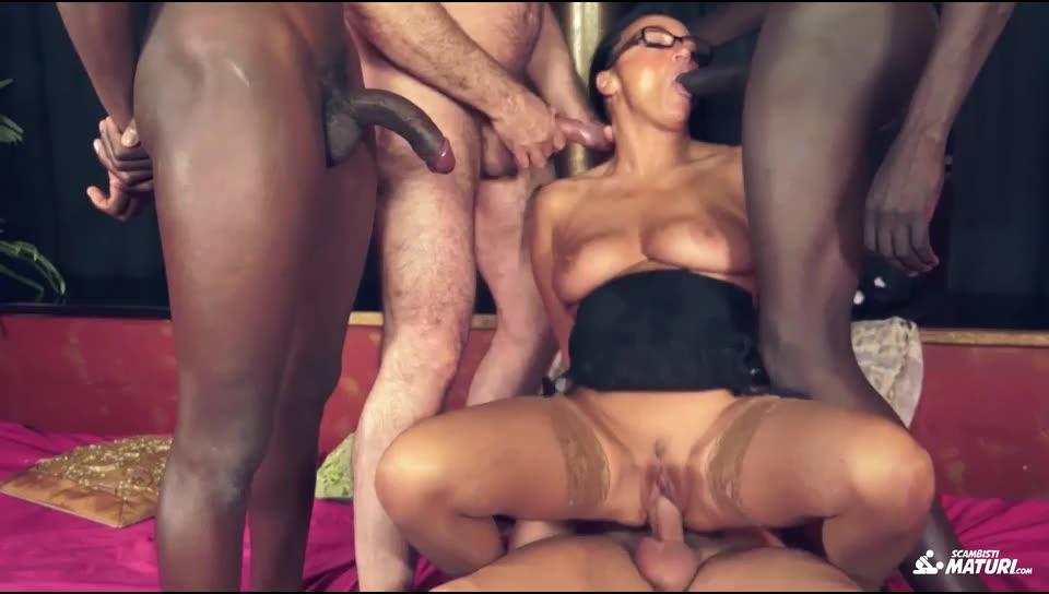 [ScambistiMaturi/PornDoePremium] Mature Italian in interracial swinger orgy - Laura Rey (GangBang)/(MILF)