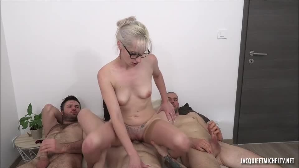 Anna And The Three Footballers (JacquieEtMichelTV / Indecentes-Voisines) Screenshot 7