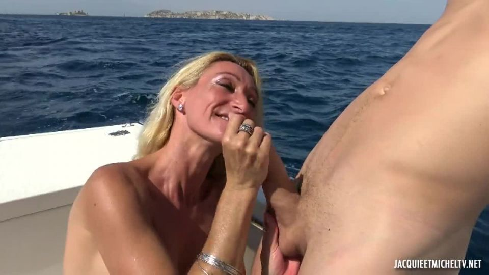 Betty, 46, Loves The Double At Sea! (JacquieEtMichelTV.net / Indecentes-Voisines) Screenshot 2